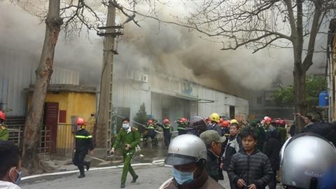 Cháy kho chứa len Hà Đông: Một cảnh sát bị thương