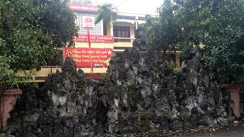 Núi đá trấn yểm từ đền thờ đến trụ sở ủy ban huyện