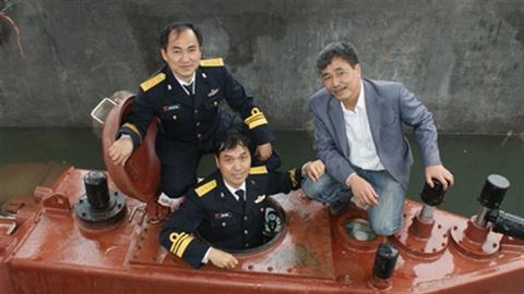 Hải quân xem tàu ngầm Trường Sa lặn nổi nhịp nhàng