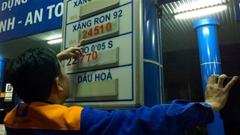 Lý do xăng dầu bị điều chỉnh lúc nửa đêm