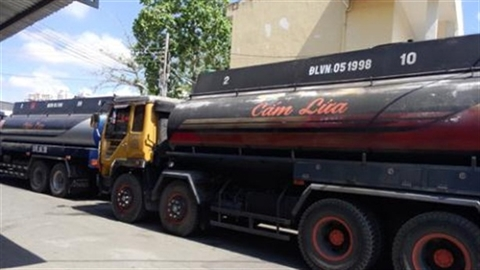 Rút dầu thay nước, bán của gian ngay bãi đáp