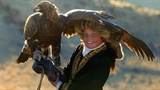 Hình ảnh bé gái 13 tuổi săn đại bàng cừ khôi