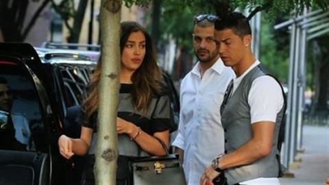 Ronaldo bị bạn gái chửi không ngớt mồm giữa đường