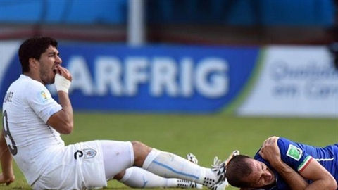 Suarez bị nhà tài trợ đầu tiên cắt hợp đồng