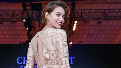 Hồ Ngọc Hà mặc váy in chữ