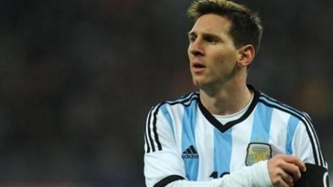 Tung hô 'chân gỗ', FIFA lại chọc tức fan Messi