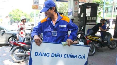 Dầu giảm giá, xăng vẫn hì hục lên đỉnh