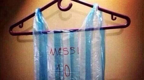 Những chiếc áo 'kì cục' của người hâm mộ bóng đá