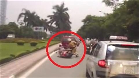 Lao ra chặn xe, CSGT khiến người điều khiển ngã nhào