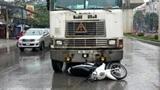 CSGT kiên cường bám xe vi phạm, bị kéo lê 20 m