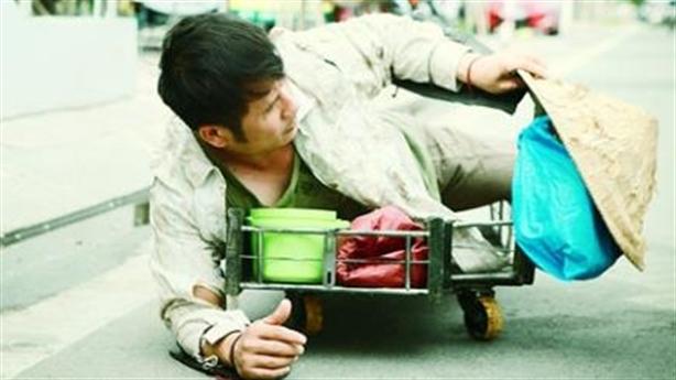 Bằng Kiều vỡ nợ, lê lết ăn xin giữa phố Sài Gòn