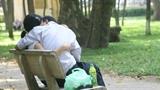 Đôi nam nữ 'hành lạc' ngay công viên giữa Sài Gòn