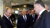 Nếm bánh mỳ và muối, Putin và Poroshenko bắt tay tại Minsk