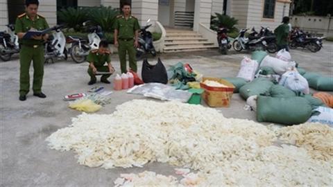 Hà Nội: Thu mua găng tay dính máu để tái chế