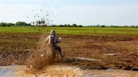 Cưỡi cào cào khám phá đất nước Campuchia