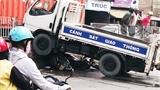 Xe ô tô CSGT cuốn 2 xe máy vào gầm