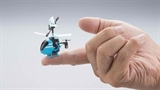 Trực thăng bằng đầu ngón tay: Nhật làm dễ như đồ chơi