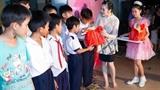 Lý Nhã Kỳ chân đất trao quà trung thu cho trẻ em nghèo