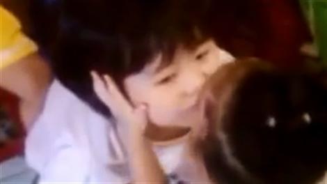 Chết cười với bé gái lần lượt 'cưỡng hôn' các bạn trong lớp