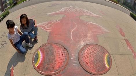 Ngỡ ngàng các bức tranh graffiti trang trí nắp cống ở Trung Quốc