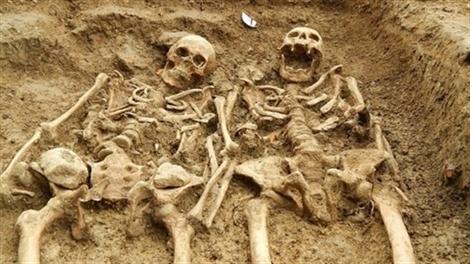 'Đôi tình nhân' nắm chặt tay nhau suốt 700 năm