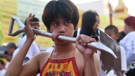 Rùng mình với lễ hội ăn chay tại Phuket, Thái Lan
