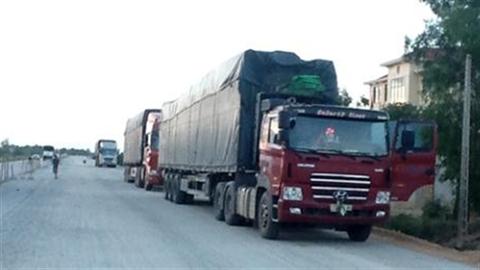 Đoàn xe siêu tải kéo gỗ bon bon qua mặt 5 tỉnh