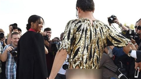 Nam phóng viên khoe mông gây náo loạn Paris Fashion Week