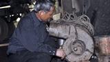 Nông dân hết lớp 5 chế máy xúc vượt trội máy Nhật