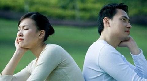Choáng váng vì chồng cặp kè với người mang thai hộ