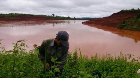 Bùn đỏ Tân Rai tràn ra đường sau mưa lớn