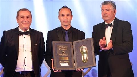 Iniesta đoạt giải 'Bàn chân vàng' ,Chelsea đổi Cech lấy Khedira