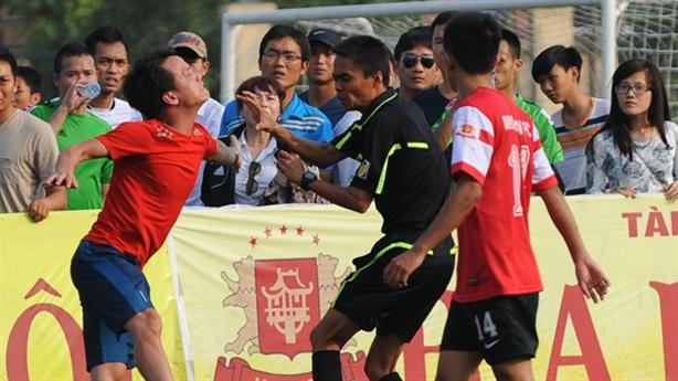 Đội bóng của Thành Lương đuổi đánh trọng tài trên sân phủi