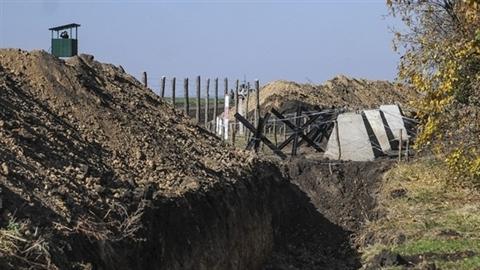"""Mục kích """"Vạn lý trường thành"""" phân ly biên giới Ukraine-Nga"""
