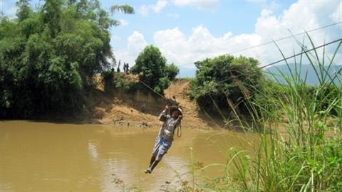 Dân bỏ mạng đu dây qua sông, đường nghìn tỉ vẫn hỏng