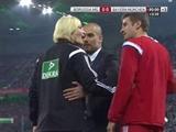 """Sốc: Pep Guardiola """"sàm sỡ"""" nữ trọng tài"""