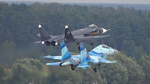 """TQ săm soi """"con mồi béo"""" Su-35 tại Chu Hải Airshow 2014"""