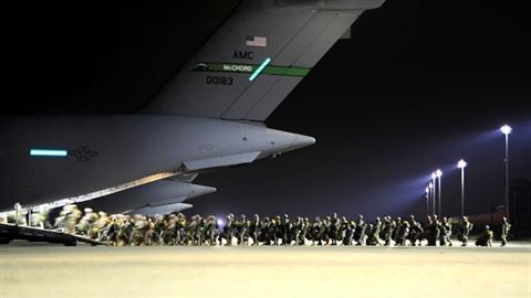Lính dù Mỹ huấn luyện cùng C-17 chuẩn bị tấn công IS