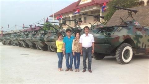 Campuchia diễu binh bằng xe bọc thép nông dân Việt Nam sửa