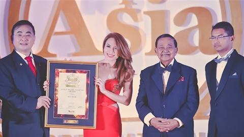 Tòan cảnh Mỹ Tâm nhận giải Huyền thọai âm nhạc Châu Á