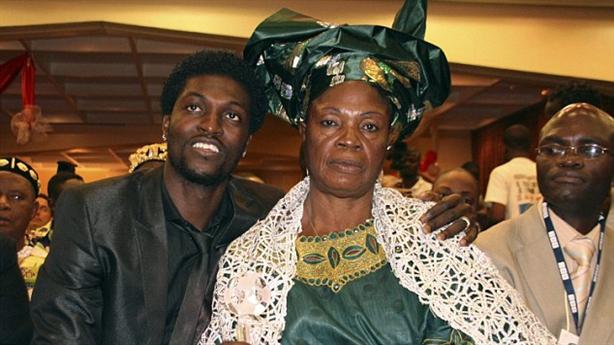 Góc khuất của sao: Adebayor bị mẹ ruột phù thủy yểm bùa phá sự nghiệp