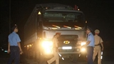 Thanh tra thấy 'cò' đưa xe quá tải vượt trạm cân