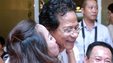 Chế Linh bị fan nữ bất ngờ hôn trước mặt vợ