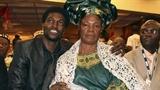 Adebayor bị mẹ ruột phù thủy yểm bùa phá sự nghiệp?