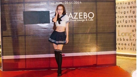 Elly Trần hóa thân thành nữ sinh gợi cảm trong trang phục cấp 3