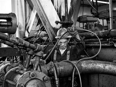 Giá dầu lại phá đáy khi OPEC quyết giữ nguyên sản lượng