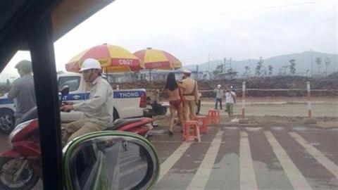 """Vi phạm giao thông, nữ Việt Kiều cởi đồ """"tra tấn"""" CSGT"""