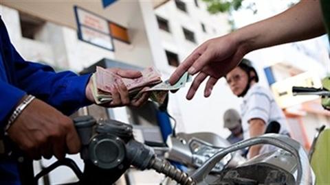 Giá dầu lao dốc: Xăng VN có giảm tương xứng thế giới?