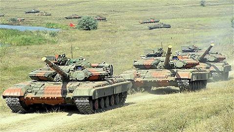 Kiev 'gom' tăng, pháo, lính đánh thuê, chuẩn bị tấn công Donbass