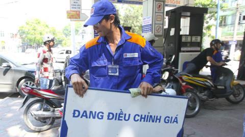 Xăng dầu giảm mạnh: Người dân hưởng lợi thế nào?